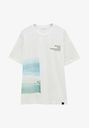 MIT STRANDMOTIV - Print T-shirt - off-white