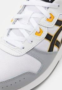 ASICS SportStyle - LYTE CLASSIC UNISEX - Trainers - white/saffron - 5