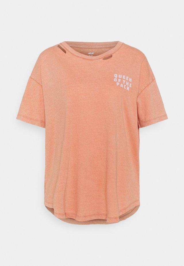 DISTRESSED BASIC TEE - Basic T-shirt - peach cargo