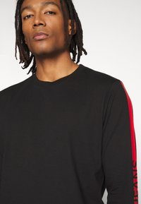 Calvin Klein Jeans - STRIPE INSTITUTIONAL LOGO TEE - Langærmede T-shirts - black - 3
