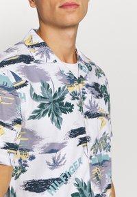 Tommy Hilfiger - HAWAIIAN PRINT - Shirt - white/pearl blue/multi - 5