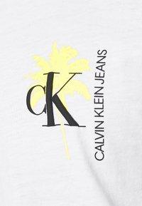 Calvin Klein Jeans - PALM PRINT GRAPHIC TEE UNISEX - T-shirt con stampa - white - 5
