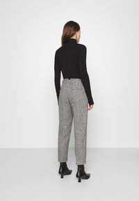 Carin Wester - TROUSERS LOWE  - Bukse - black/white - 2