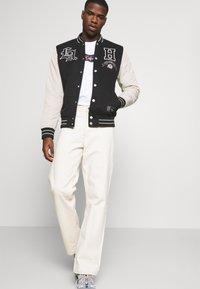 Hollister Co. - TREND DROP VARSITY - Zip-up sweatshirt - black - 4