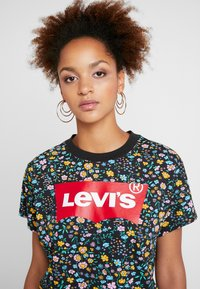 Levi's® - GRAPHIC VARSITY TEE - Print T-shirt - multicolor - 4