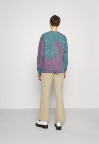BDG Urban Outfitters - REALM OF SILENCE TIE DYE CREWNECK - Sweater - green - 2
