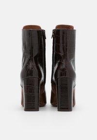 L'Autre Chose - ZIP BOOT - Stivaletti con tacco - cognac/dark brown - 3