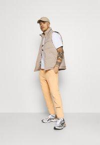 9N1M SENSE - LOGO PANTS UNISEX - Trousers - pantone apricot - 1