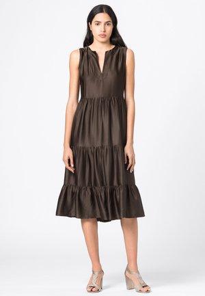 MIT STUFENVOLANTS - Day dress - dunkel oliv
