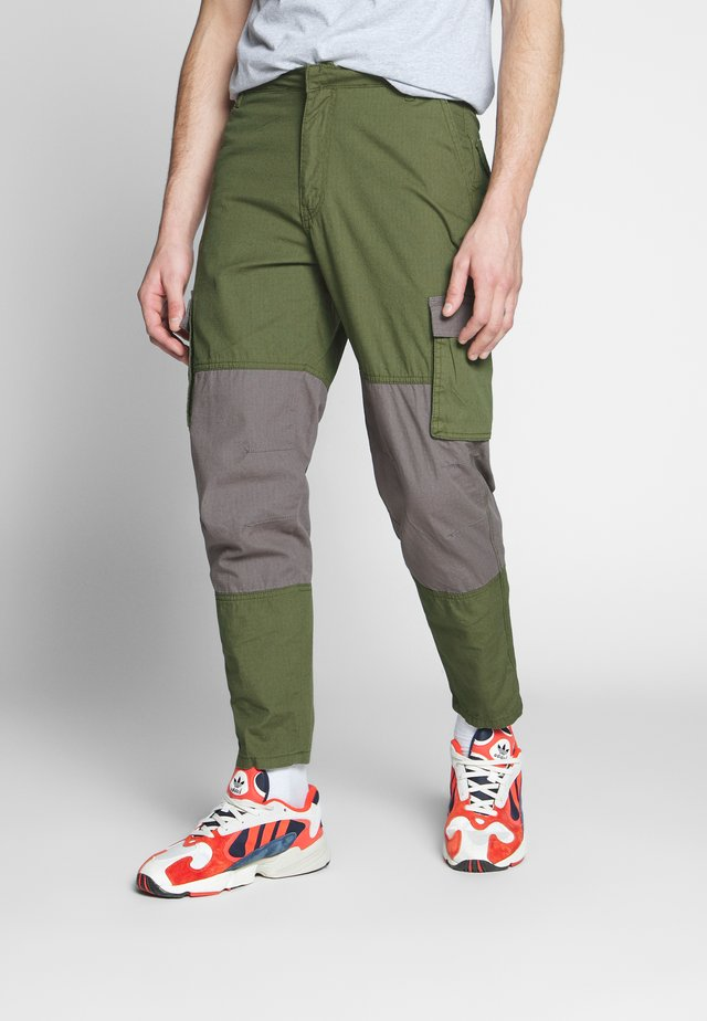 UTILITY MIXED TROUSERS - Pantalon cargo - khaki