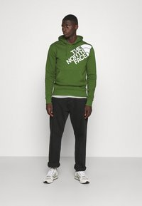 The North Face - SHOULDER LOGO HOODIE - Bluza - conifer green/white - 1