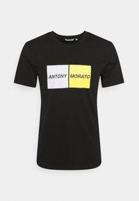 SLIM FIT - T-shirt z nadrukiem - black