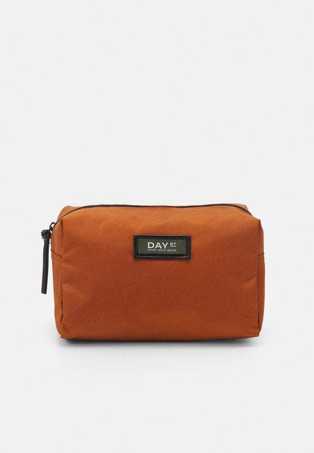 GWENETH BEAUTY - Kosmetická taška - caramel