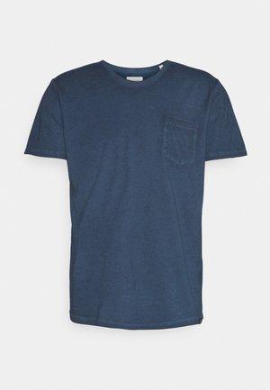SHORT SLEEVE RAW EDGE DETAILS CHEST POCKET - Basic T-shirt - total eclipse