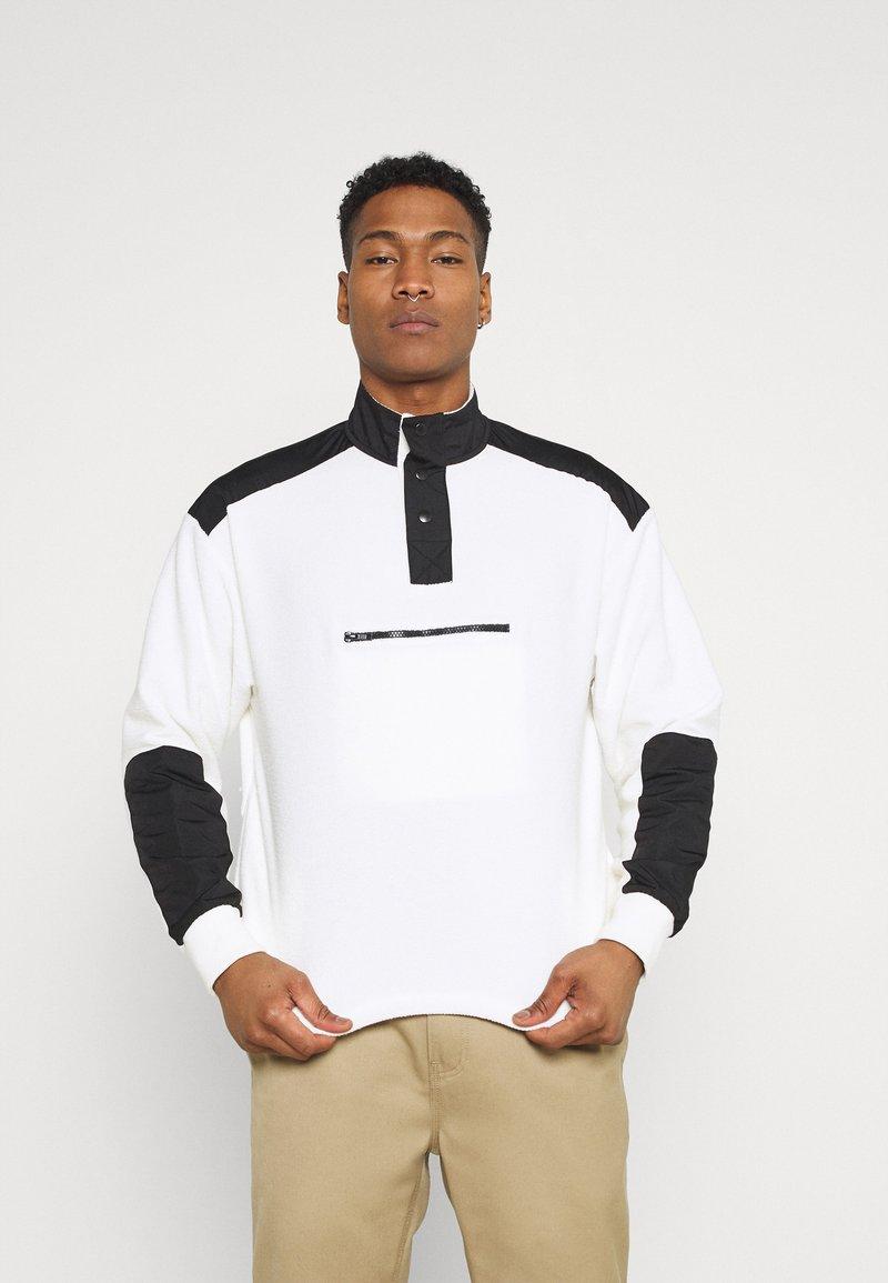 Mennace - LOOPBACK FUNNEL NECK OVERHEAD - Sweatshirt - white