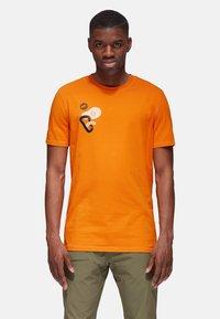 Mammut - MASSONE MEN - T-shirt z nadrukiem - dark cheddar prt - 0