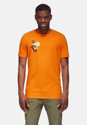 MASSONE MEN - T-shirt z nadrukiem - dark cheddar prt