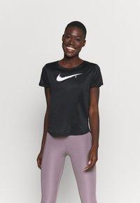 Nike Performance - RUN - T-shirts med print - black/reflective silver - 0