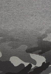 Nike Sportswear - TEXTURED CAMO MIDWAY TEE - Print T-shirt - carbon heather - 2