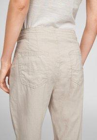 Q/S designed by - REGULAR FIT - Pantalon classique - beige - 4