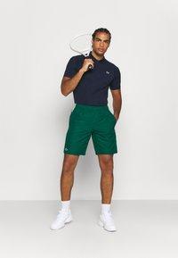 Lacoste Sport - TENNIS TOUR - Sports shorts - grün/gelb/weiß - 1