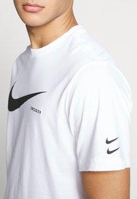 Nike Sportswear - Camiseta estampada - white/black - 5