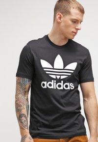 adidas Originals - ORIGINAL TREFOIL - T-shirt med print - black - 0