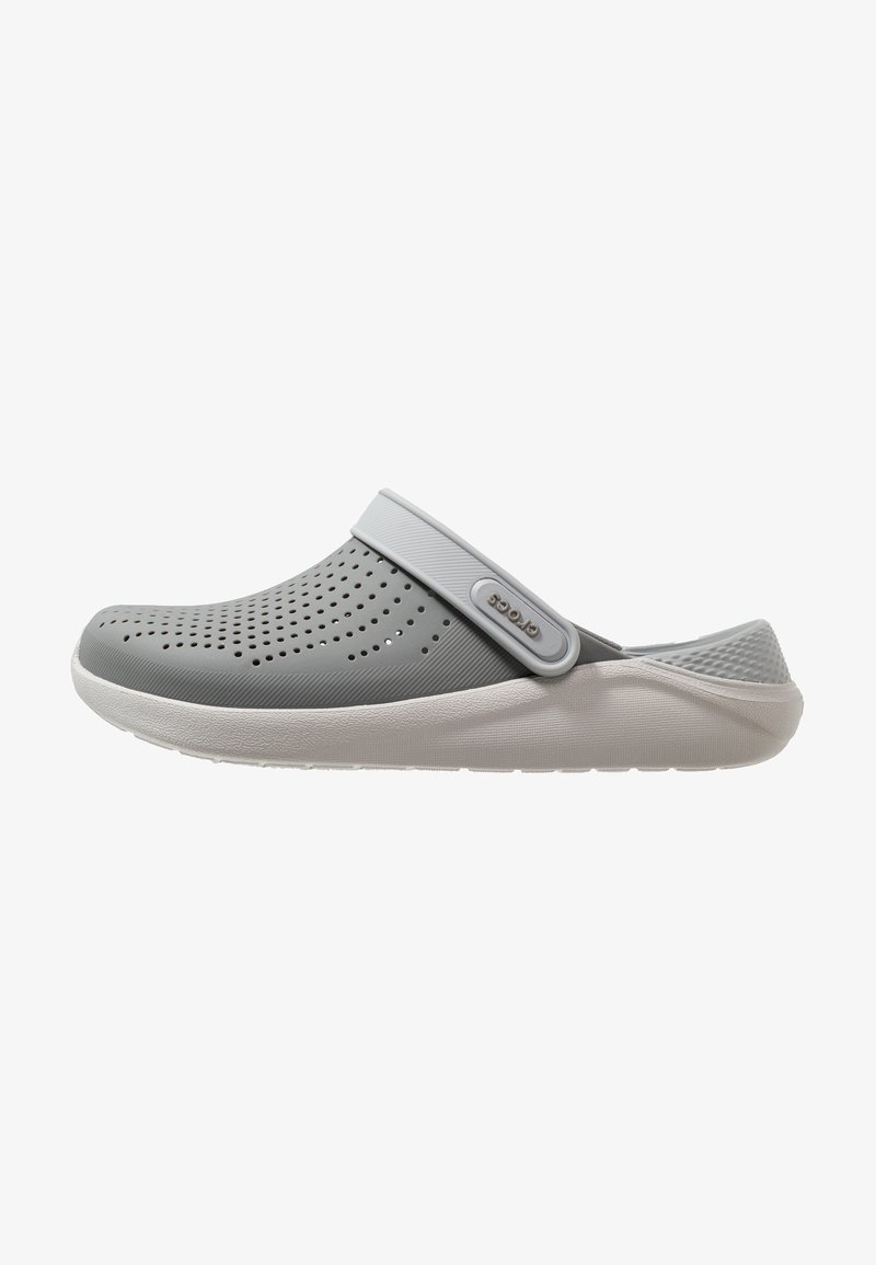Crocs - LITERIDE RELAXED FIT UNISEX - Drewniaki i Chodaki - smoke/pearl white
