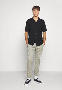 Denham - CARL - Pantalones chinos - shadow green - 1