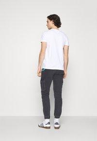 Tommy Jeans - SCANTON CARGO - Jeans straight leg - save black rigid - 2