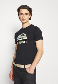 Ellesse - HEBBER - T-shirt z nadrukiem - black - 3