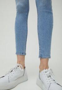 PULL&BEAR - LOW WAIST - Jeans Skinny Fit - light blue - 4