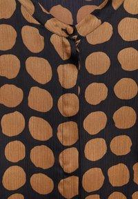 Mango - GEOMETRISCHEM MUSTER - Button-down blouse - karamell - 6