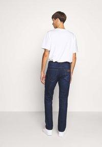 Wrangler - GREENSBORO - Jeans straight leg - dark fever - 2