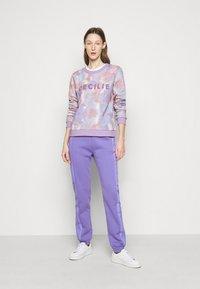 CECILIE copenhagen - MANILA SPRAY - Sweatshirt - violette - 1