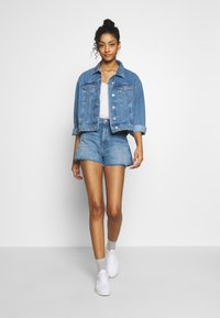 Tommy Jeans - HOTPANTS - Farkkushortsit - blue Denim - 1