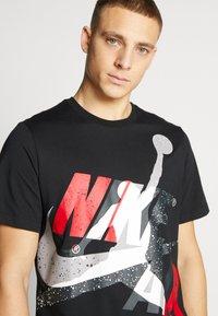 Jordan - SS CTN JM CLASSICS - T-shirt con stampa - black/white/gym red - 4