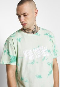 Cayler & Sons - MIND CONTROL ROUNDED TEE - Print T-shirt - mint/white - 3