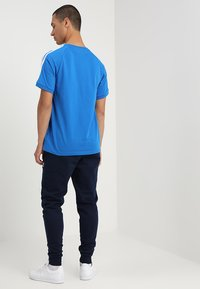 adidas Originals - 3 STRIPES TEE UNISEX - T-shirt imprimé - blubir - 2