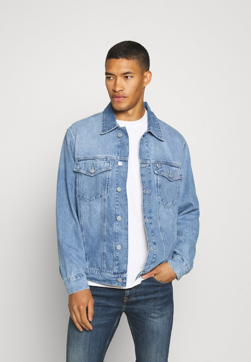 Tommy Jeans - OVERSIZE TRUCKER  - Denim jacket - light blue denim