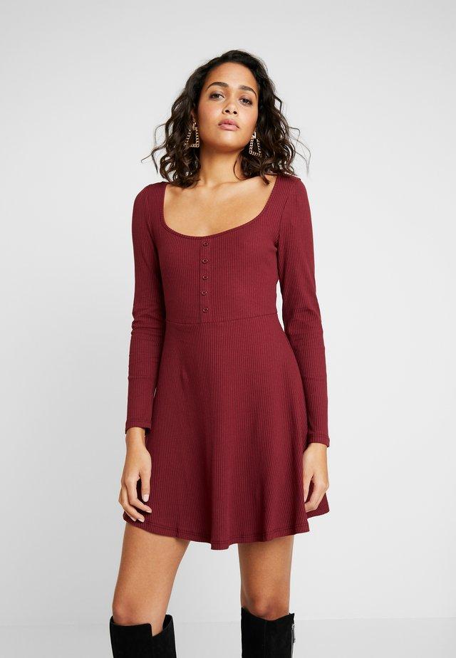 MINI DRESS - Vestito di maglina - burgundy
