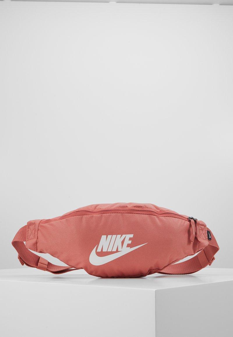Nike Sportswear - NIKE HERITAGE - Bæltetasker - canyon pink/canyon pink/pale ivory