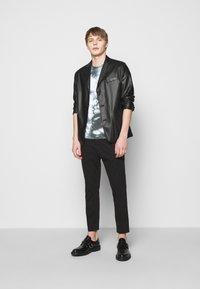 DRYKORN - SAMUEL - Print T-shirt - black - 1
