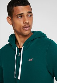 Hollister Co. - CORE ICON - Zip-up hoodie - emerald - 3