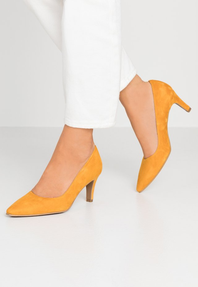 BENETT - Classic heels - egg