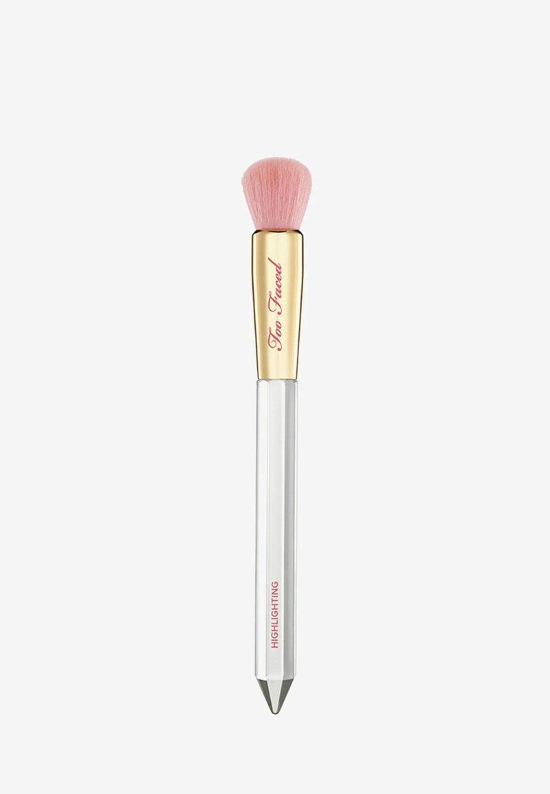 Too Faced - DIAMOND LIGHT HIGHLIGHTING BRUSH - Make-upkwastje - -