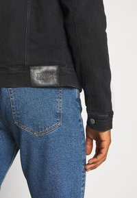 Tommy Jeans - REGULAR TRUCKER JACKET - Jeansjacka - max black - 4