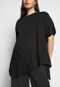 Simply Be - ASYMMETRIC - T-shirt imprimé - black - 4