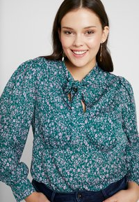Fashion Union Plus - PEONIE PUSSYBOW BLOUSE - Blouse - multi-coloured - 3