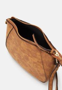 Dorothy Perkins - CURVED - Across body bag - tan - 2